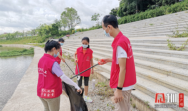 """广东甲子塘社区""""河小二""""巡河护河 宣传环境保护知识"""